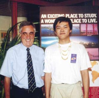 1997年澳星帮助昆士兰中央大学在斐济设立分校并成为该校在中国的独家代理