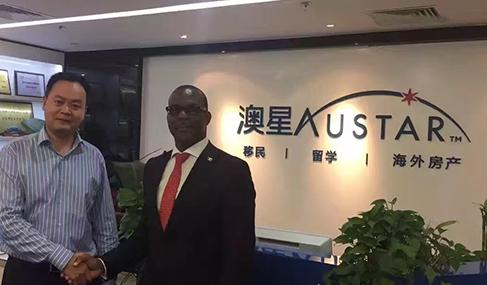 安提瓜移民部长Thomas Anthony和澳星副总裁George