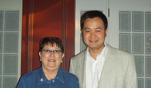 萨省前移民官Elaine F.Burnett和澳星副总裁George