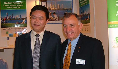 澳星总裁Edward与西澳移民处处长Bruno先生合影